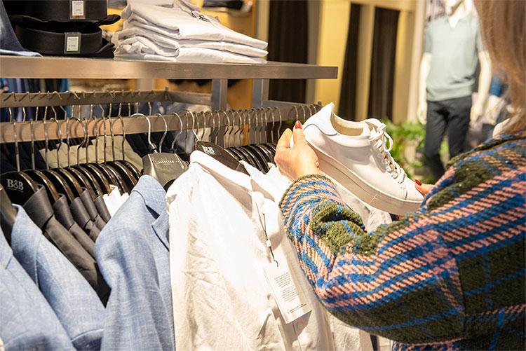 Mirjam Polak in een kledingwinkel